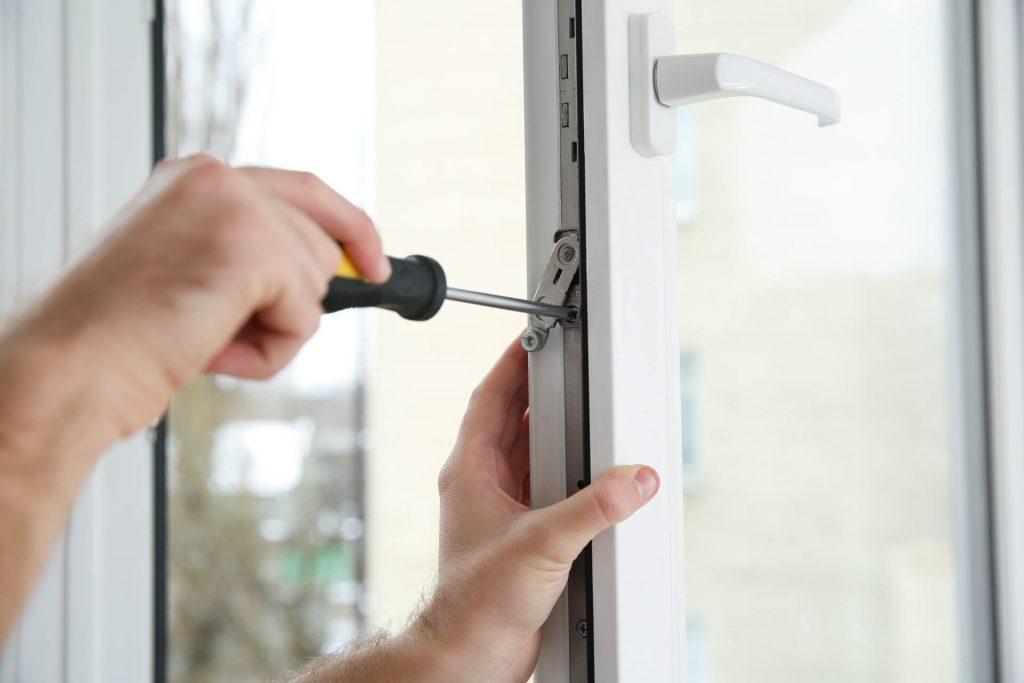 Regulacja futryny okna