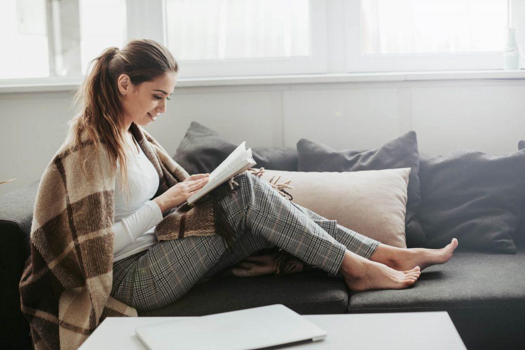 Kobieta relaksująca się w swoim domu
